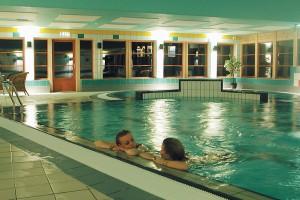 Velkommen til vårt trim- og trivselsanlegg med svømmebasseng for barn og vaksne, boblebad, badstue, godt utstyrt treningsrom og squashbane. Sjå opningstider her.
