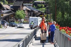 Lom ligg midt mellom Oslo, Bergen og Trondheim og er eit av dei beste utgangspunkta for å oppleve både fjell-Noreg og Vestlandet. Fint utgangspunkt for turer til Galdhøpiggen, Glittertind og Besseggen og til Vestlandets fjorder som Geiranger- og Sognefjorden.