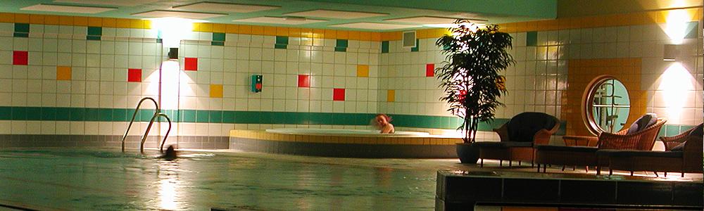 Trim- og trivselsanlegg med svømmebasseng for barn og vaksne, boblebad, badstue, solarium, godt utstyrt treningsrom og squashbane.